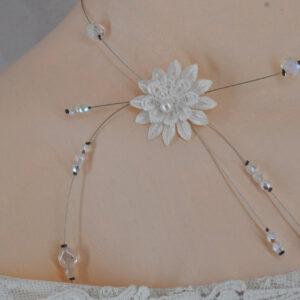 Collier mariage fleur et perles pendants sur le côté, Réf. 136