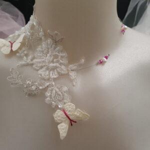 Collier pour mariage en dentelle perlée et papillons tons blanc et fuschia, Réf. 127