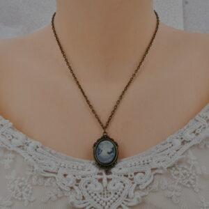 Collier bronze et camé en résine bleu gris style baroque.