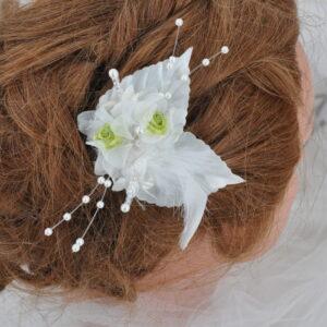 Pic mariage, épingle à cheveux, fleurs, feuilles, plumes, perles blanc et vert anis, Réf. 238
