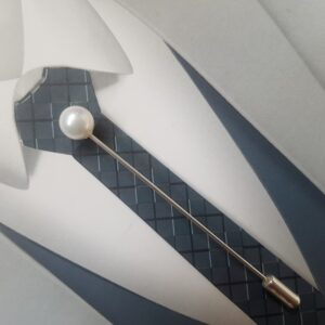 Epingle à cravate ou à lavallière dans les tons blanc nacré et argent, Réf. 47