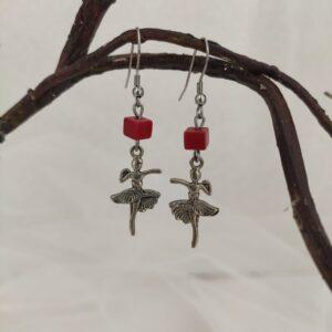 Boucles d'oreilles ballerines en métal argenté et perle rouge, Ref. 158