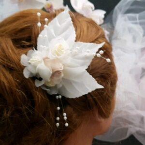 Pic pour mariées fleurs et feuilles dans les tons blanc, blanc cassé, capuccino. Réf. 81