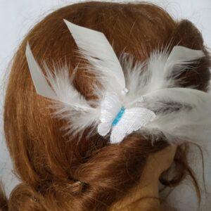 Pic mariage, papillon blanc et turquoise, plumes blanc cassé, Réf. 30