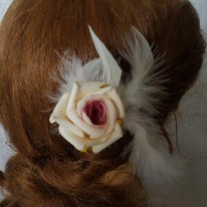 Pic à cheveux rose blanc cassé/crème, coeur bordeaux/framboise et plumes, Réf. 32